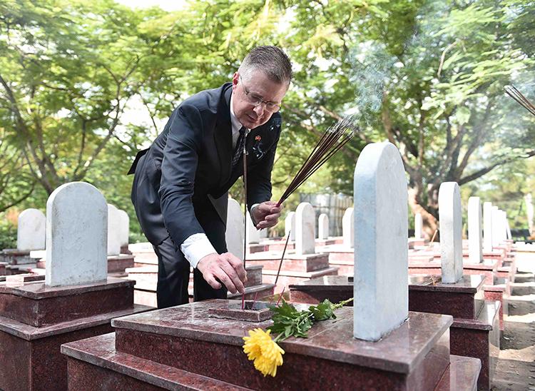28.08.2019 - Bà Tôn Nữ Thị Ninh trao đổi với VOV về việc Đại sứ Mỹ tại Việt Nam bất ngờ thăm nghĩa trang Trường Sơn